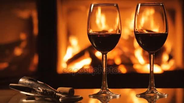 zwei Rotweingläser über dem Kamin Hintergrund.