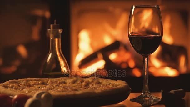 Cinemagraph - Pizza und ein Rotweinglas über dem Kamin.