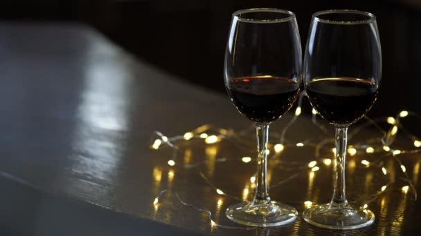 Lichte Rode Wijn : Twee wijnglazen rode wijn decoratie slingers van lichten