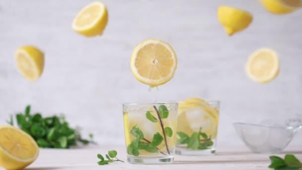 Cinemagraph - ömlött a citromlevet, egy pohárba. Senki sem. Élő fénykép. Limonádé.