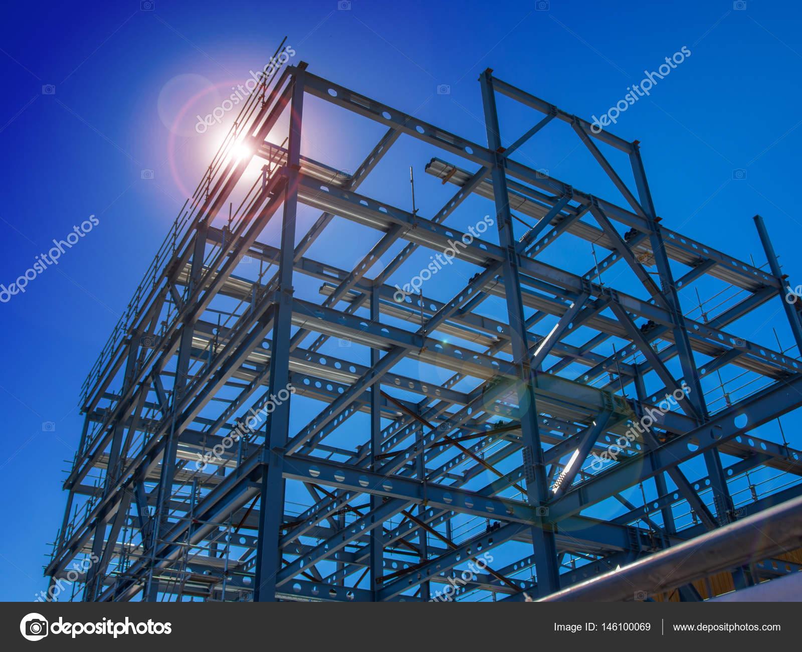 Nueva construcción de edificio comercial acero nuevo iluminada por ...