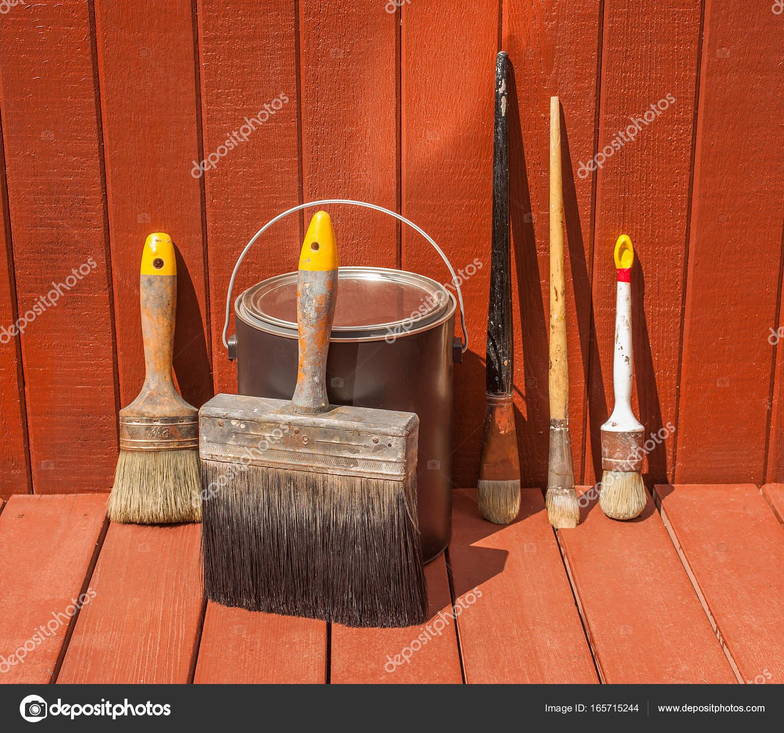 pinceaux pot peinture contre une voie garage maison juste peinte