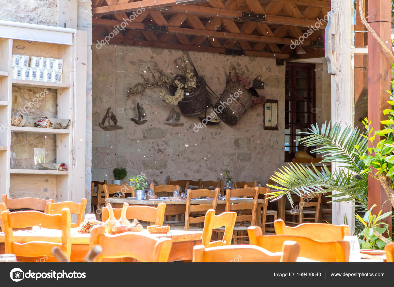 Traditionelle griechische Taverne — Redaktionelles Stockfoto © CAHKT ...