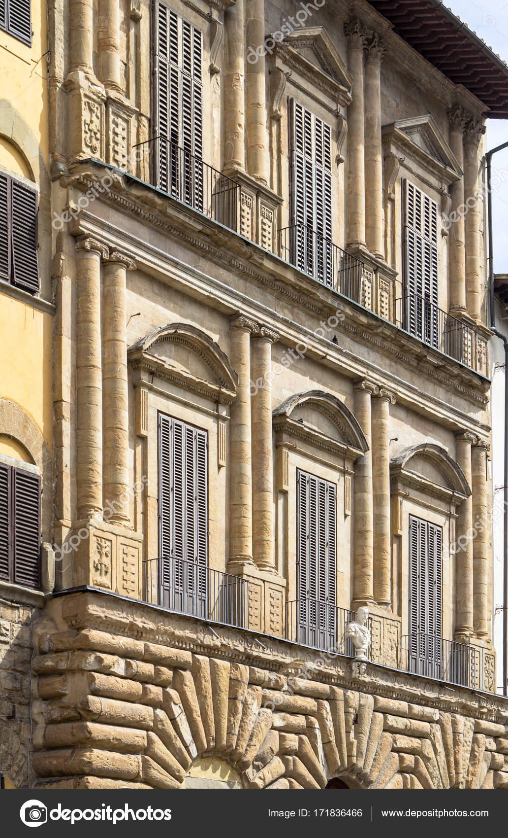 Altes Haus Mit Fensterladen In Florenz Italien Stockfoto C Cahkt