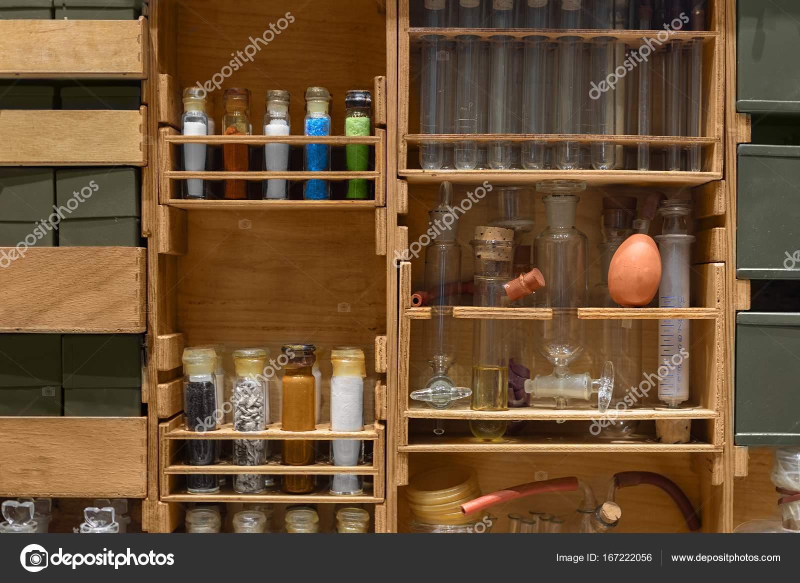 Banco Di Lavoro Per Laboratorio Chimico : Vecchio banco da lavoro scienza con componenti chimici u foto