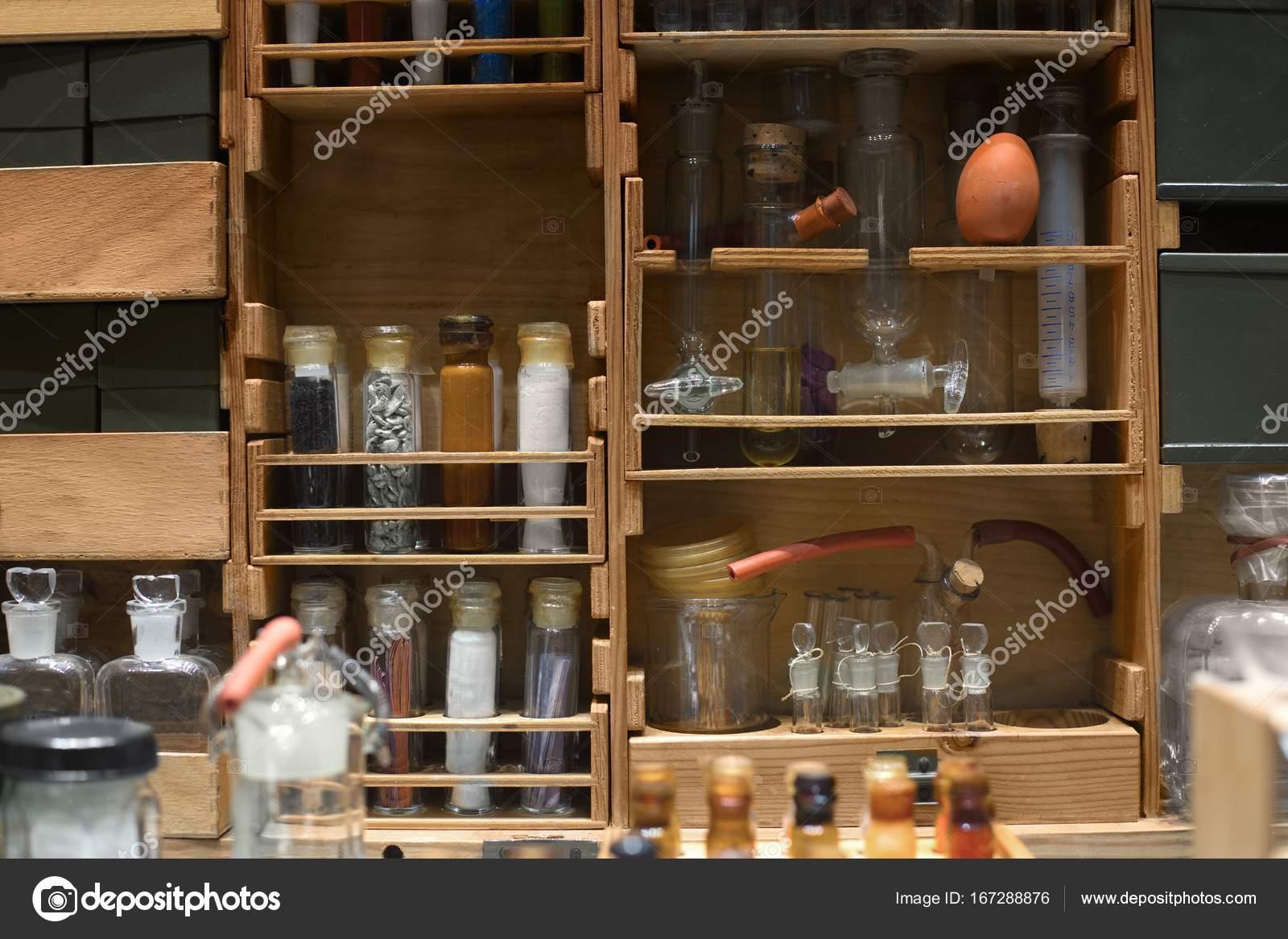 Banco Di Lavoro Per Laboratorio Chimico : Vecchio banco da lavoro scienza con componenti chimici u2014 foto stock