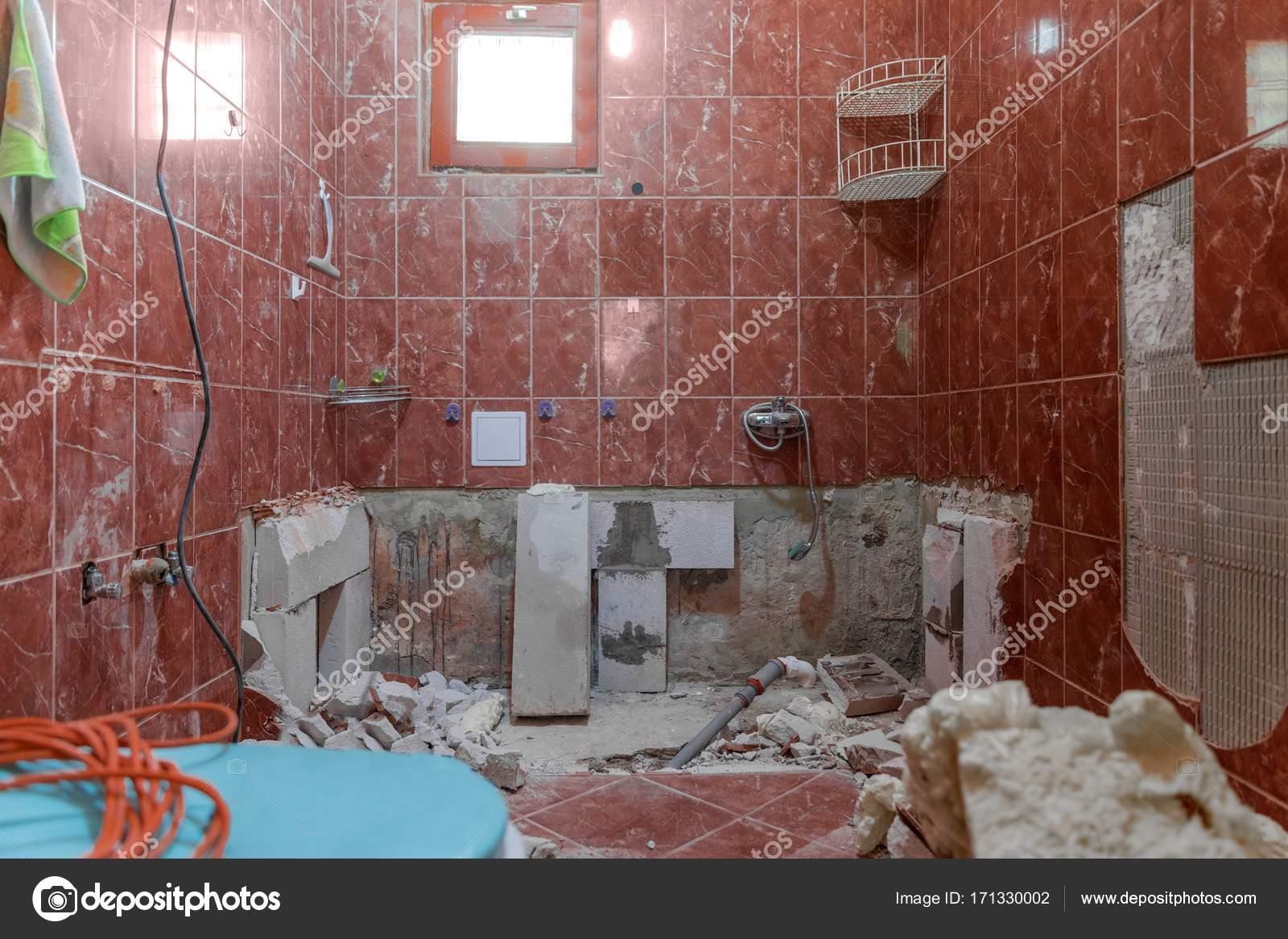 Interno danneggiato della vecchia stanza da bagno con le