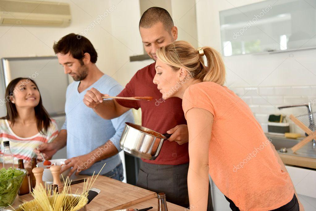 Amigos cocinando juntos foto de stock goodluz 126708840 for Cocinando para los amigos