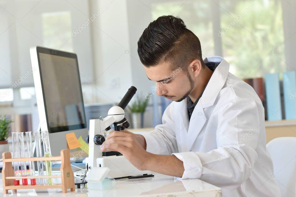 Student der biologie mikroskop u stockfoto goodluz