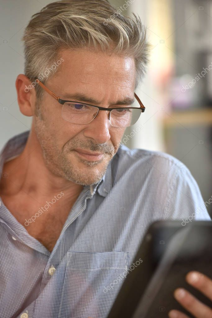 Olgun Erkek Dijital Tablet Kullanma Stok Foto Goodluz 128864288