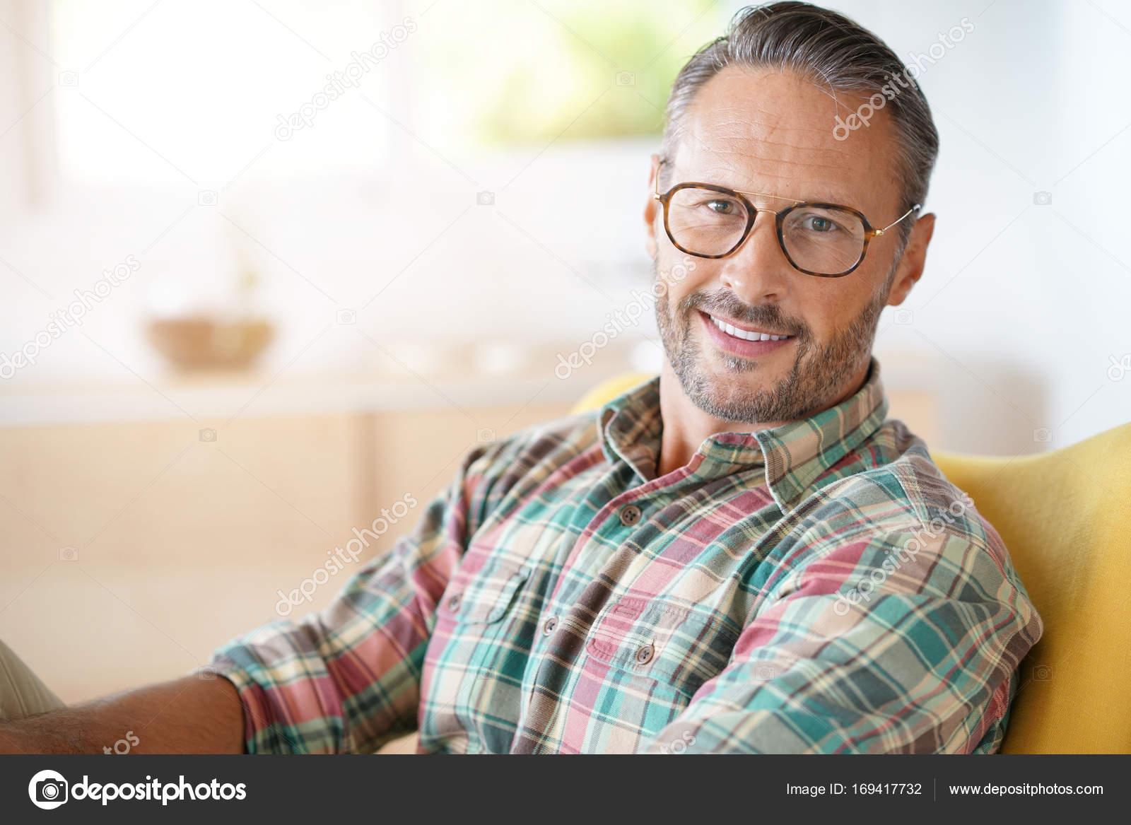 2b2e225e3e Uomo con gli occhiali rilassanti — Foto Stock © Goodluz #169417732