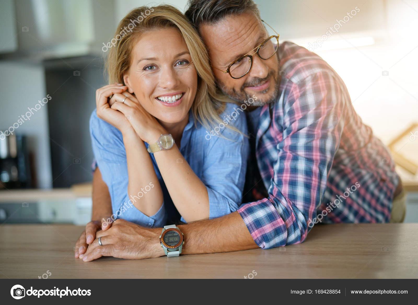 Couple debout dans la cuisine domicile photographie - Cuisine a domicile tarif ...