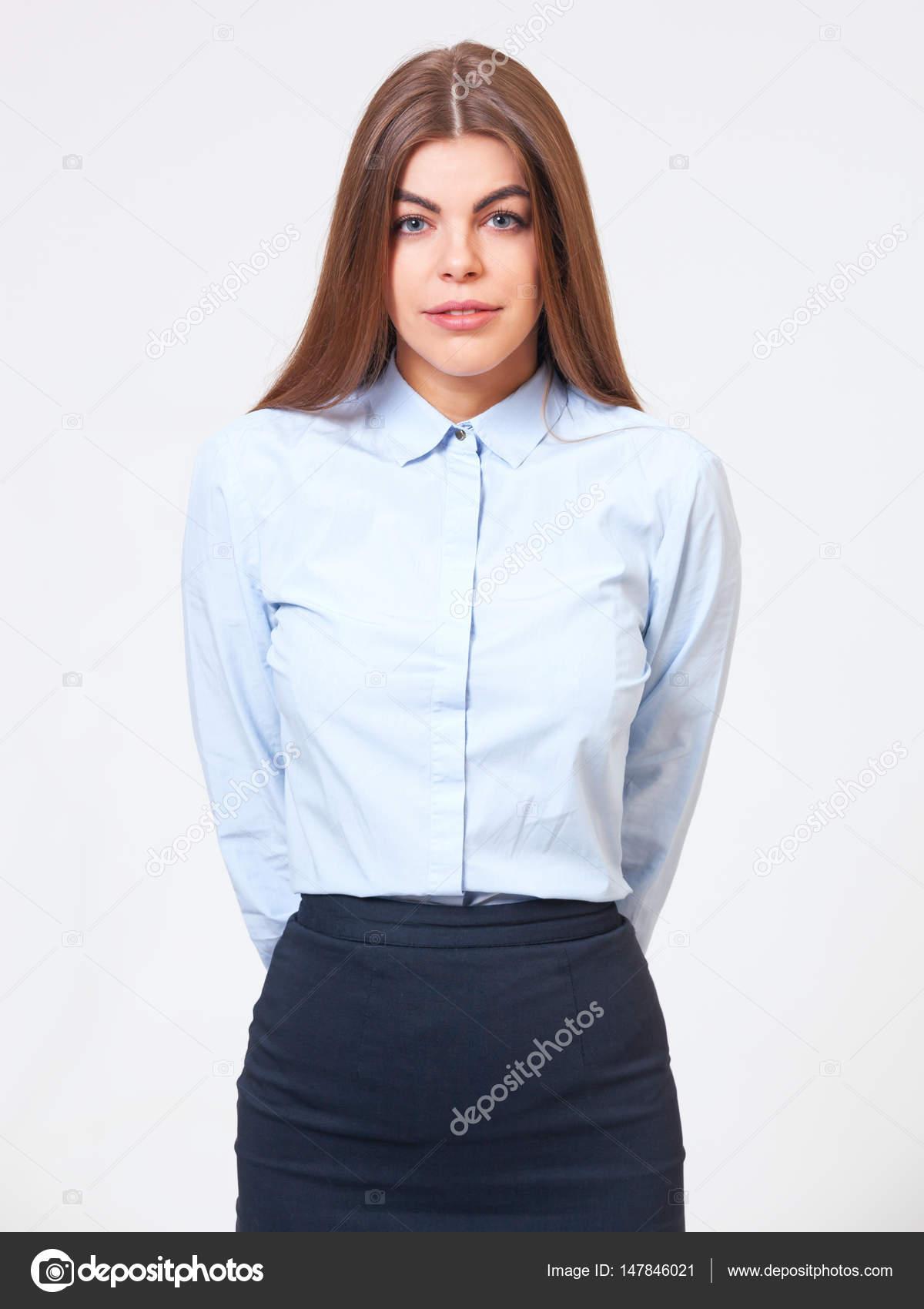 4435d2b1dcd Portrait en studio de femme d affaires jeune permanent en chemise bleue  formelle et une robe bleue foncé — Image de ...