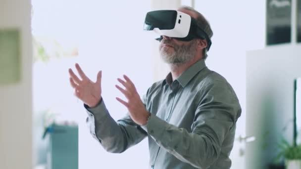 Starší obchodní muž nosí brýle virtuální reality