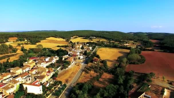 Letecký snímek malé staré vesnice