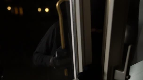 maskovaný lupič s páčidlo