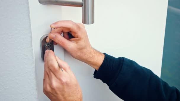 Lupič s nástrojem lockpick