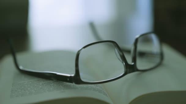 stará kniha na ploše s moderní brýle