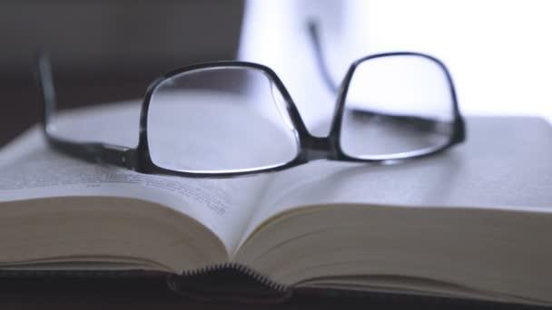 régi könyv-a iskolapad-val modern szemüveg