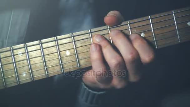 zavřete zaměření na skladě hraje na kytaru. autentický snímek na analogový film