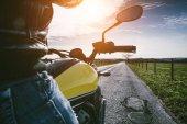 Fotografie motocykl na silnici na koni. Bavíte se jízdy na prázdné silnici na motocykl turné cestu. copyspace pro váš individuální text