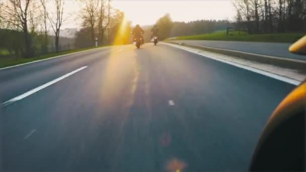 Na motocyklu přátel na silniční ježdění, baví jízda prázdné horská krajina silnice na motocyklu turné / cesta. V režimu Pov s úhel pevné kamery, vintage film 16mm