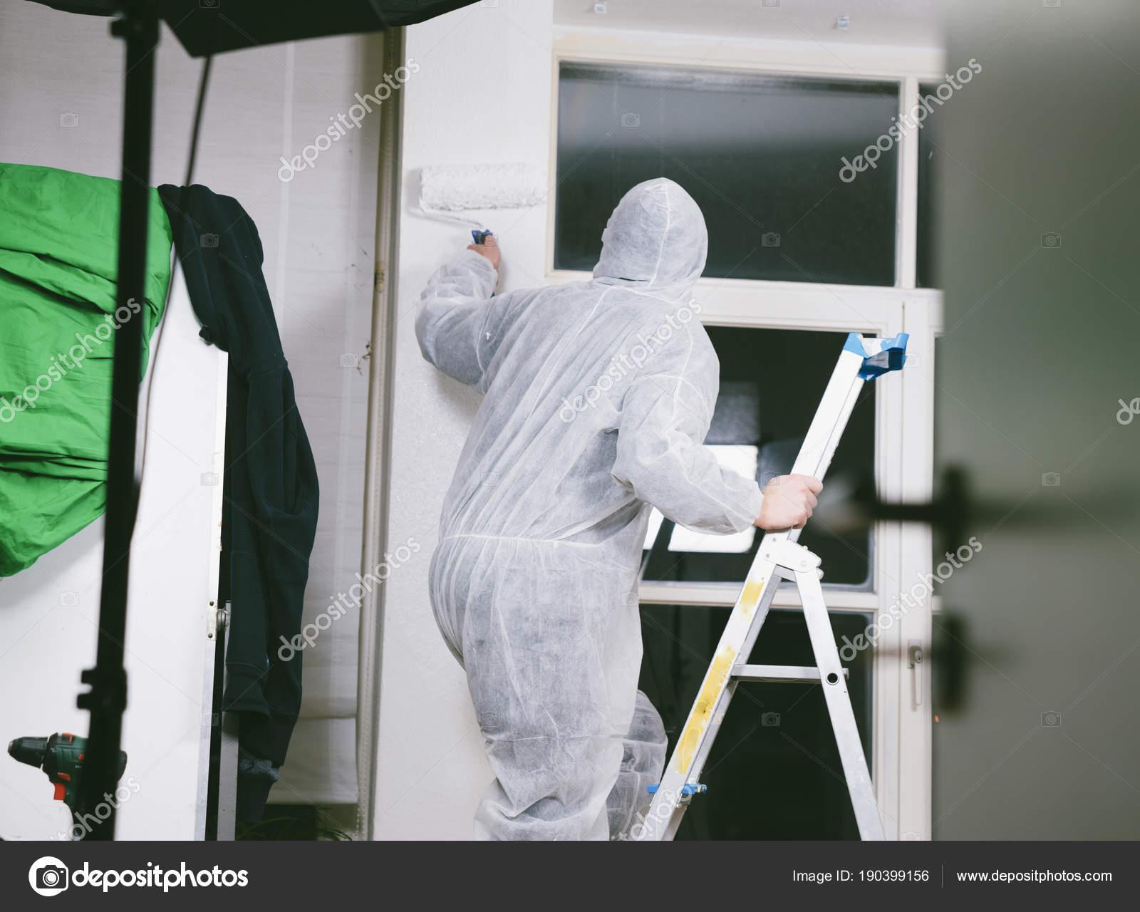 Cerca Pintor Con Rodillo Pintura Pinceles Para Pintar Habitación ...