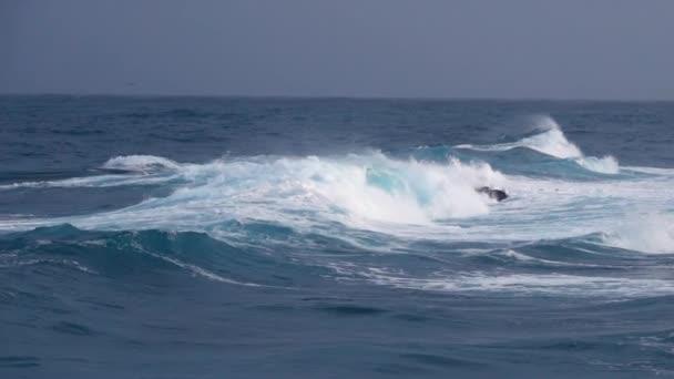 Velké vlny drtí pobřeží oceánu za bouřlivého počasí - zpomalení záběru