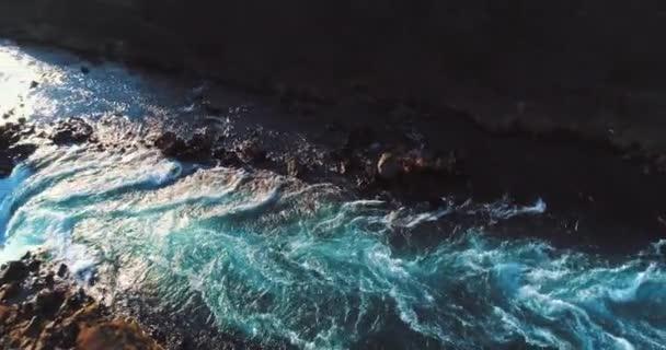 légi felvétel a híres Izland a gyönyörű lenyűgöző egyedülálló táj, folyók, hegyek, gleccserek és vízesések egy tiszta napsütéses napon - nagy 4k felvételek a természet utazási bloggerek