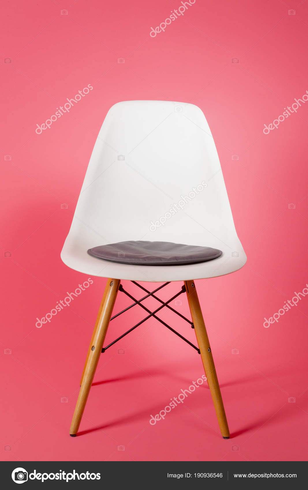 Sedie Di Plastica Bianche.Sedia Di Plastica Bianca Su Sfondo Rosa Foto Stock C Enginkorkmaz
