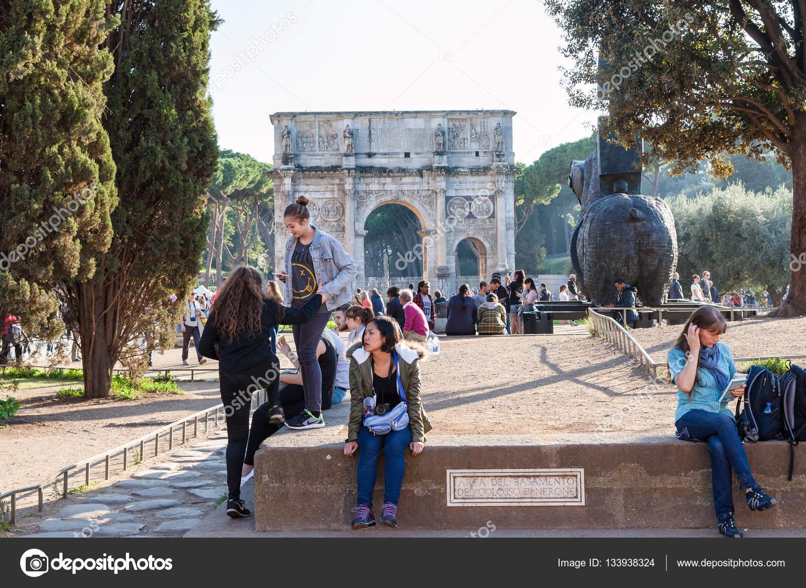 Coliseu de Roma Depositphotos_133938324-stock-photo-tourists-in-area-of-base