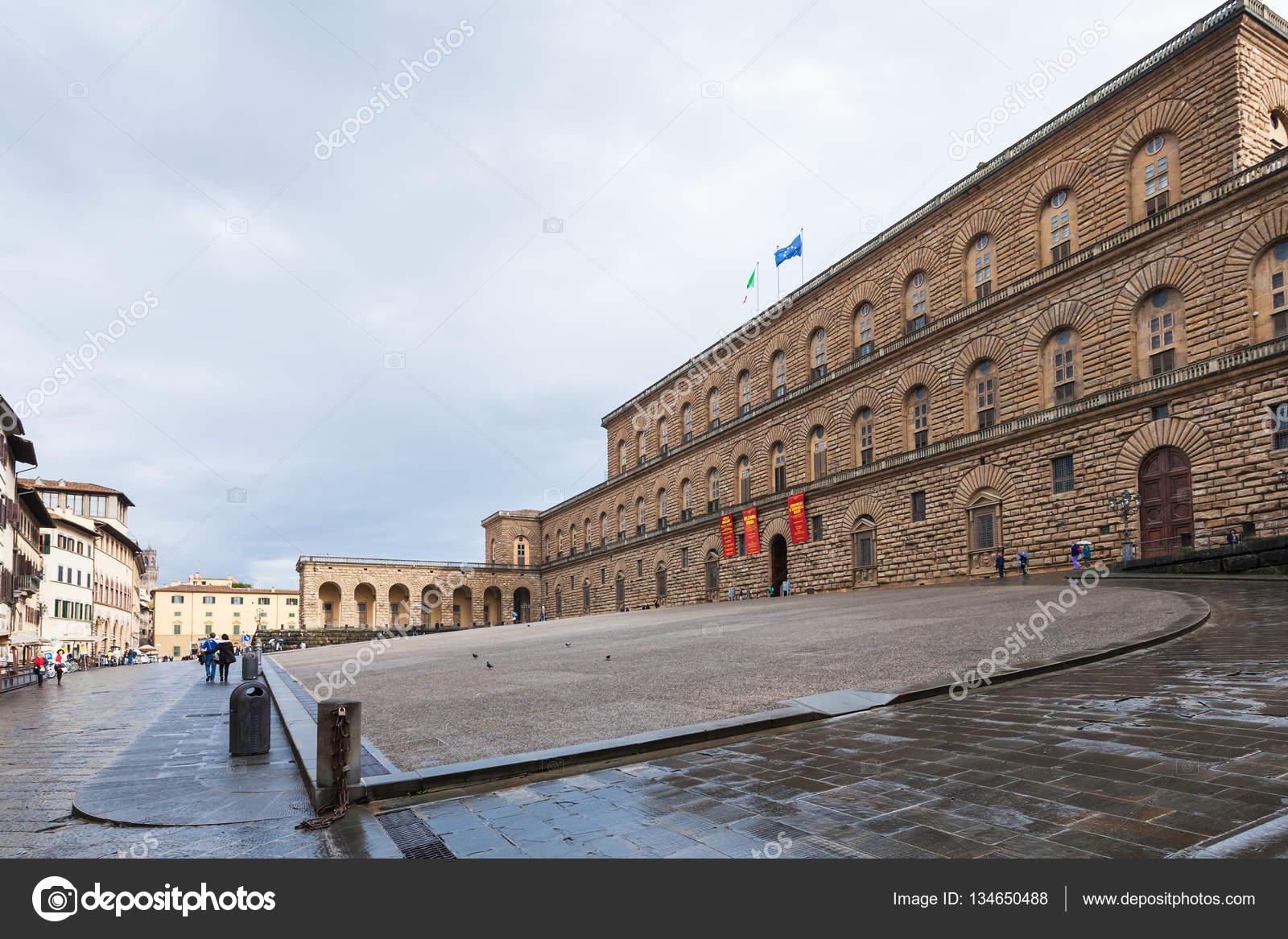 フィレンツェのピッティ宮殿と広...