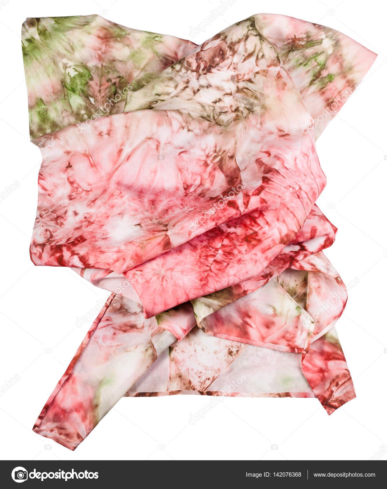 32a75826307b Ζαρωμένα μεταξωτό μαντήλι με αφηρημένα ροζ και πράσινο στολίδι χέρι βαμμένο  σε σφαιροειδή τεχνική που απομονώνονται σε λευκό φόντο — Εικόνα από vvoennyy