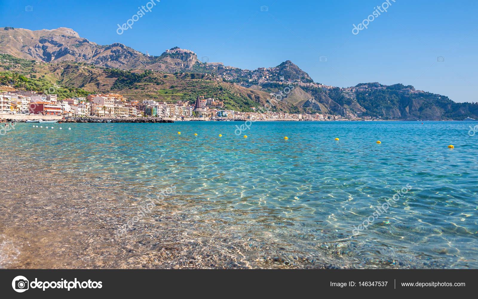 Ansicht der stadt von taormina und giardini naxos dorf u stockfoto