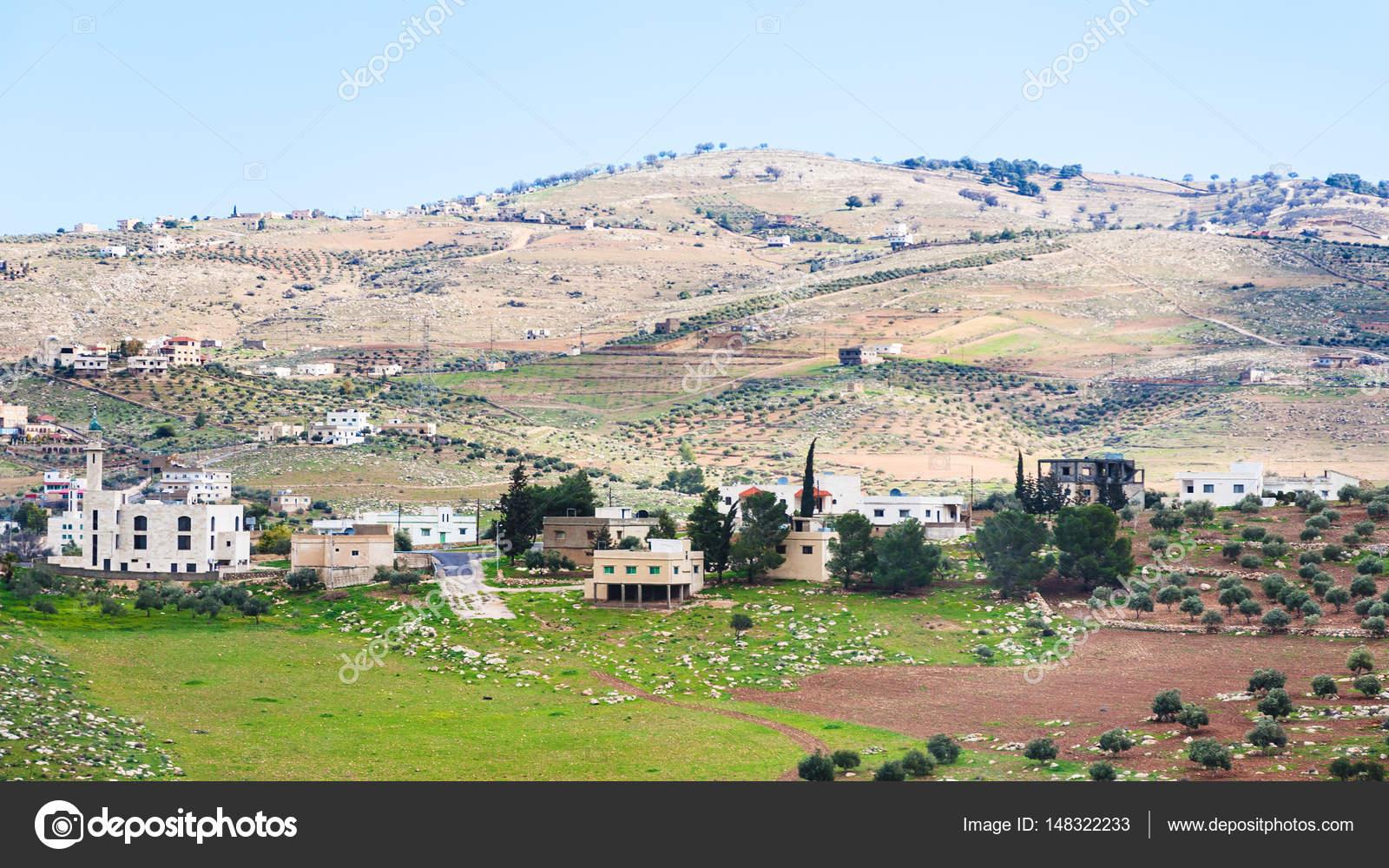 villaggio e giardini terrazzati in Giordania in inverno — Foto Stock ...