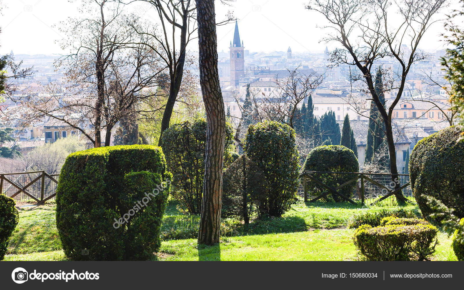Vista della città di verona da giardino giusti in primavera u foto