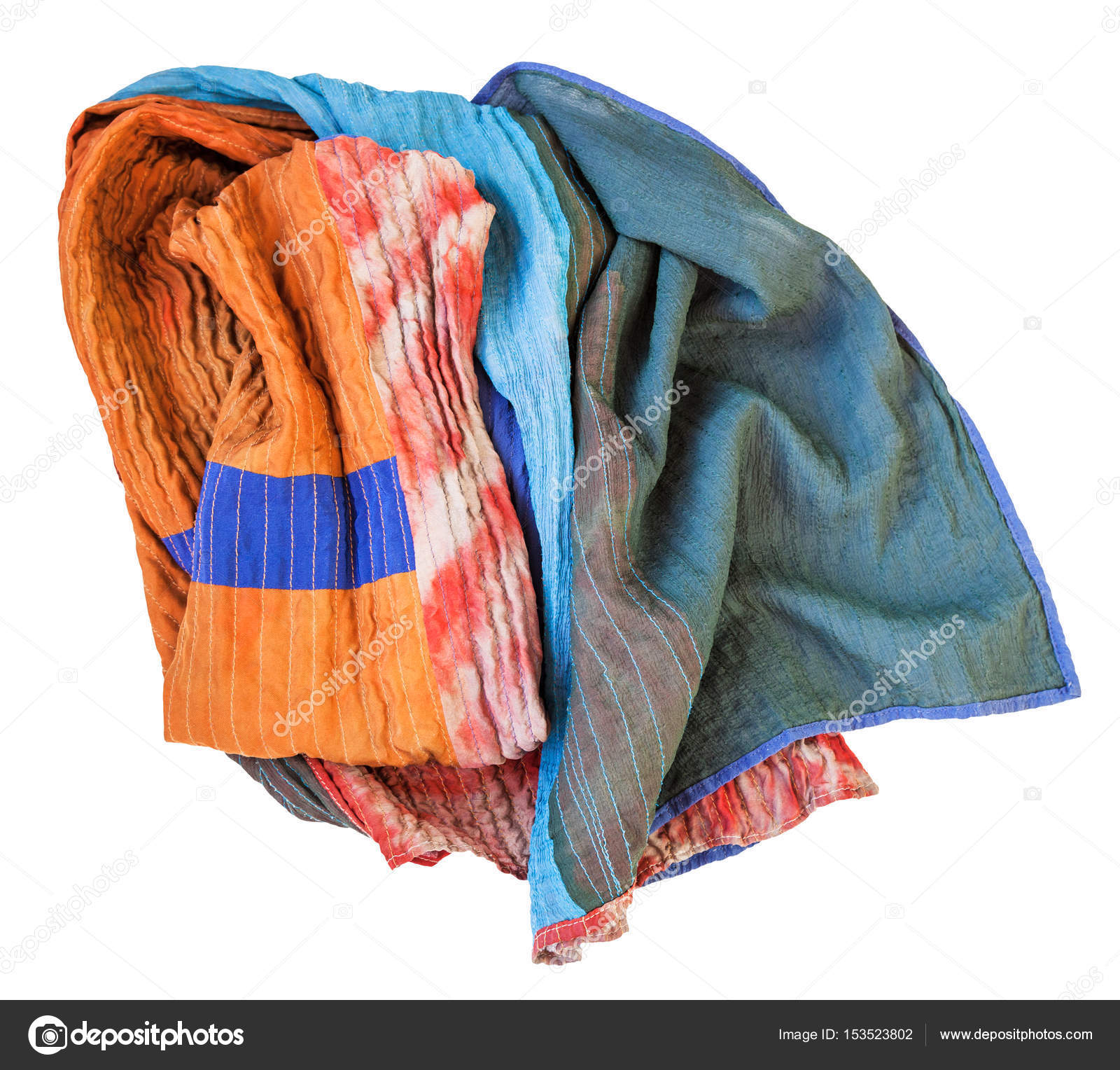 Zmačkané proÅ¡vané patchwork Å¡ál z Batikované a malované hedvábné tkaniny kusů izolované na blém pozad — Fotografie od vvoennyy