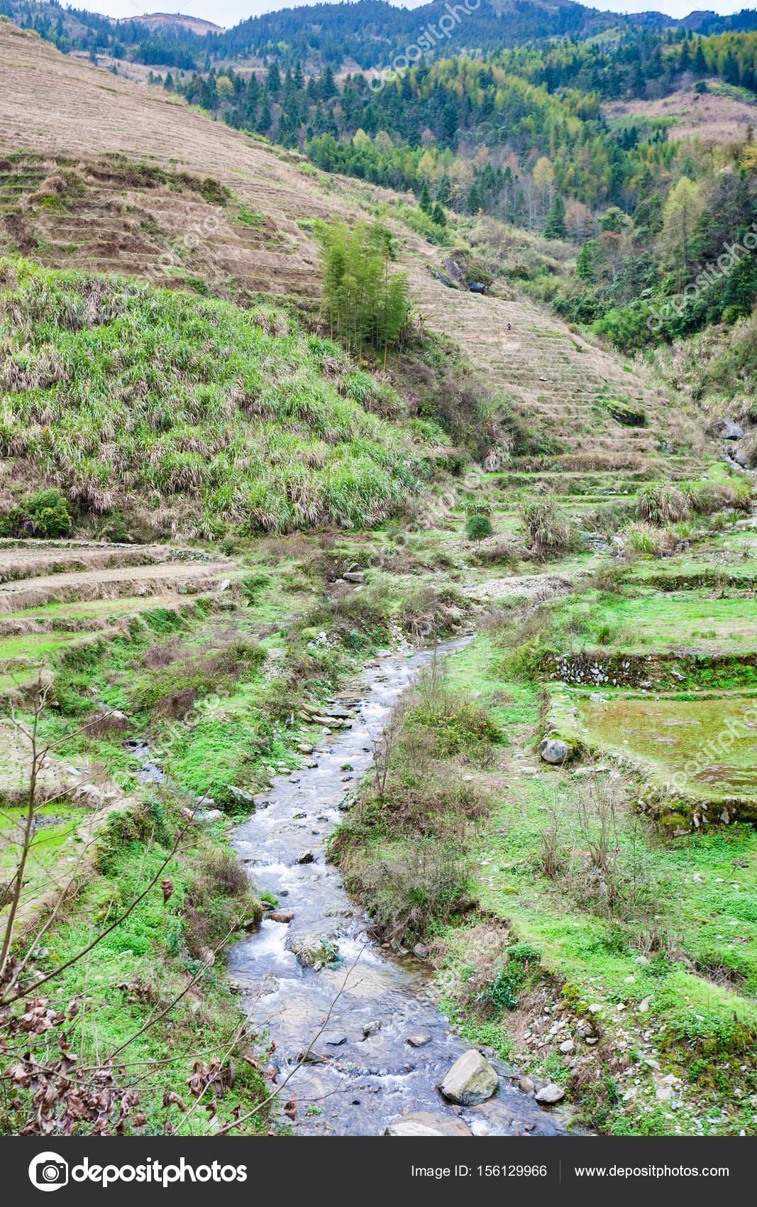 vista giardini terrazzati e streem in Dazhai — Foto Stock © vvoennyy ...