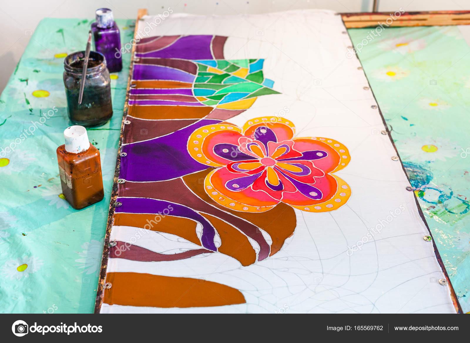 Batik-Malerei auf Seide gespannt auf Rahmen — Stockfoto © vvoennyy ...