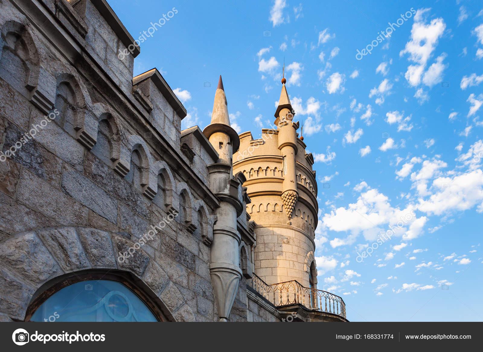 Muur en toren van slikken nest kasteel op de krim u2014 stockfoto