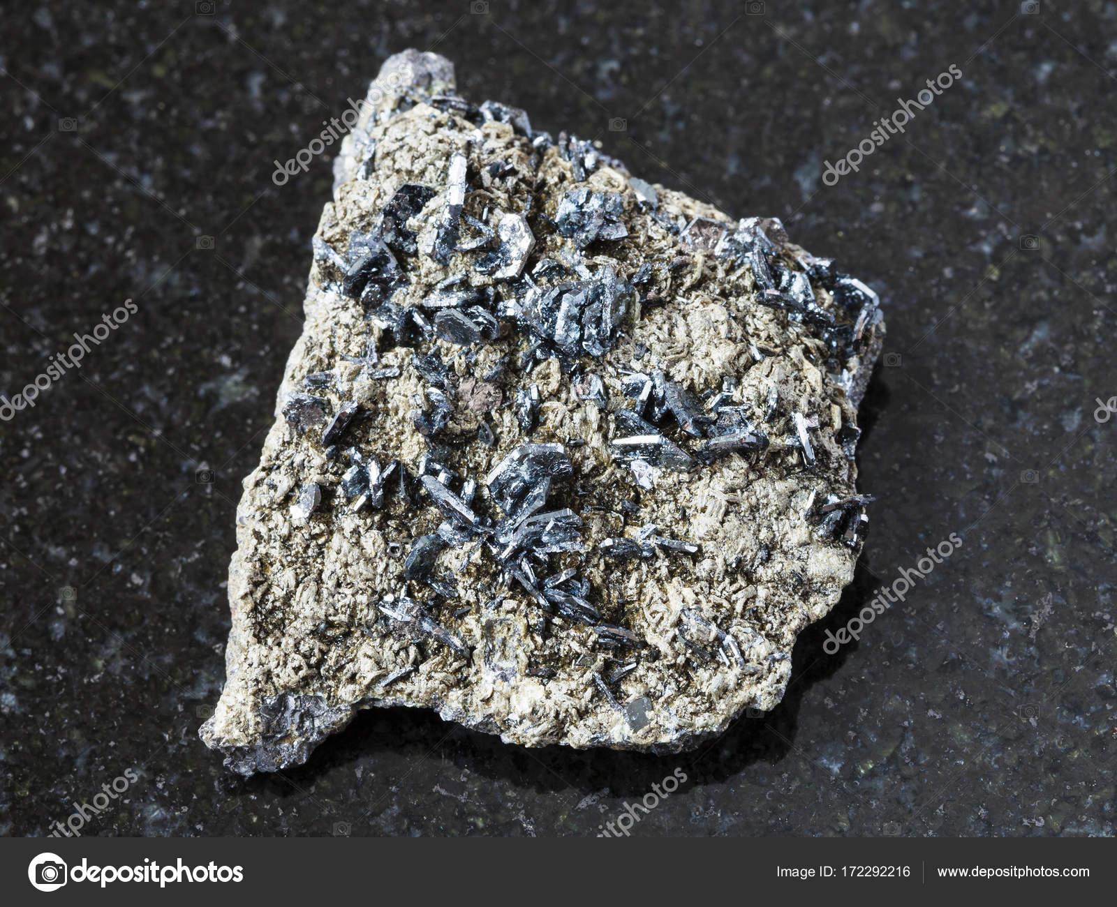 a223ec899d9 Cristais de magnetita na pedra áspera no escuro — Fotografia de Stock