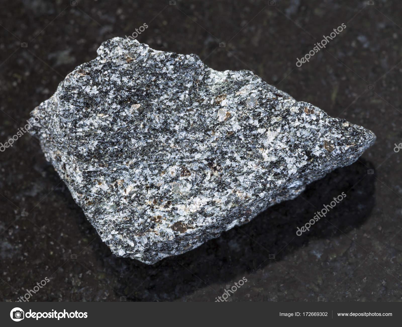 ダークで大まかな霞石閃長岩石 —...