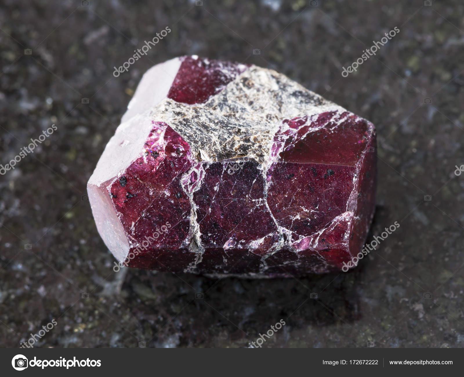 Grobe Kristall Von Roten Granat Edelstein Auf Dunklen Stockfoto