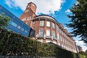Fotografie alte Ziegel-Mehrfamilienhaus in Hamburg city