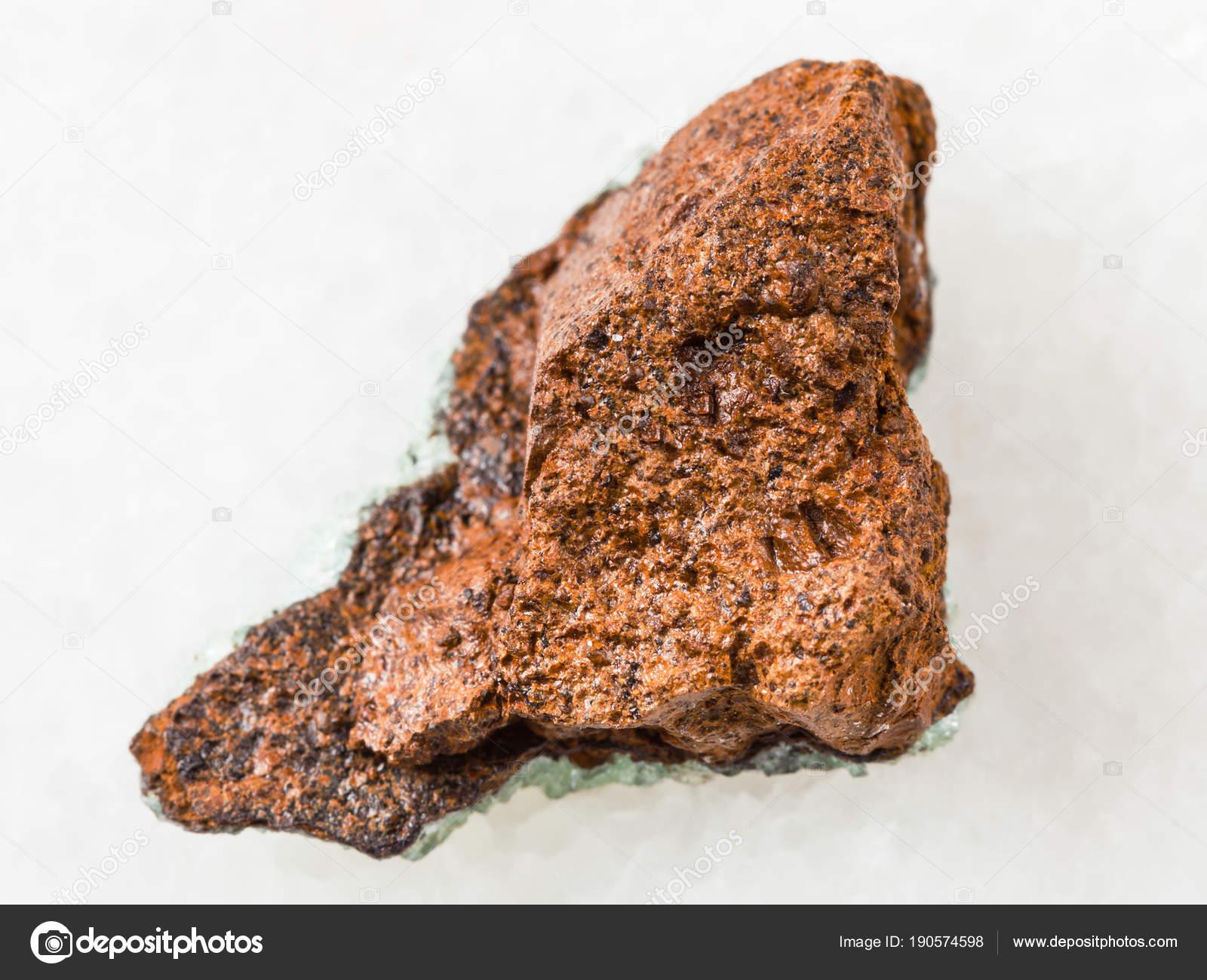 白地の大まかな湿原鉄の鉱石 (褐...