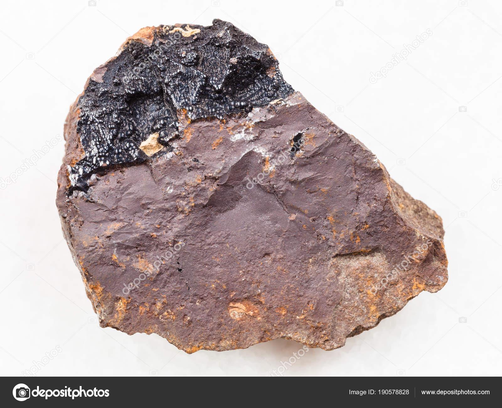 褐鉄鉱石の上に白のゲーサイト集...