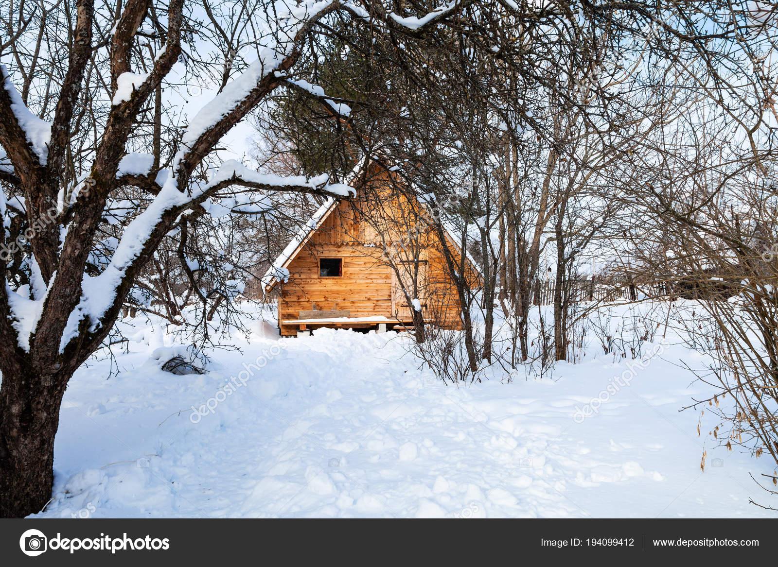 Holz Hauschen Im Verschneiten Garten Stockfoto C Vvoennyy 194099412