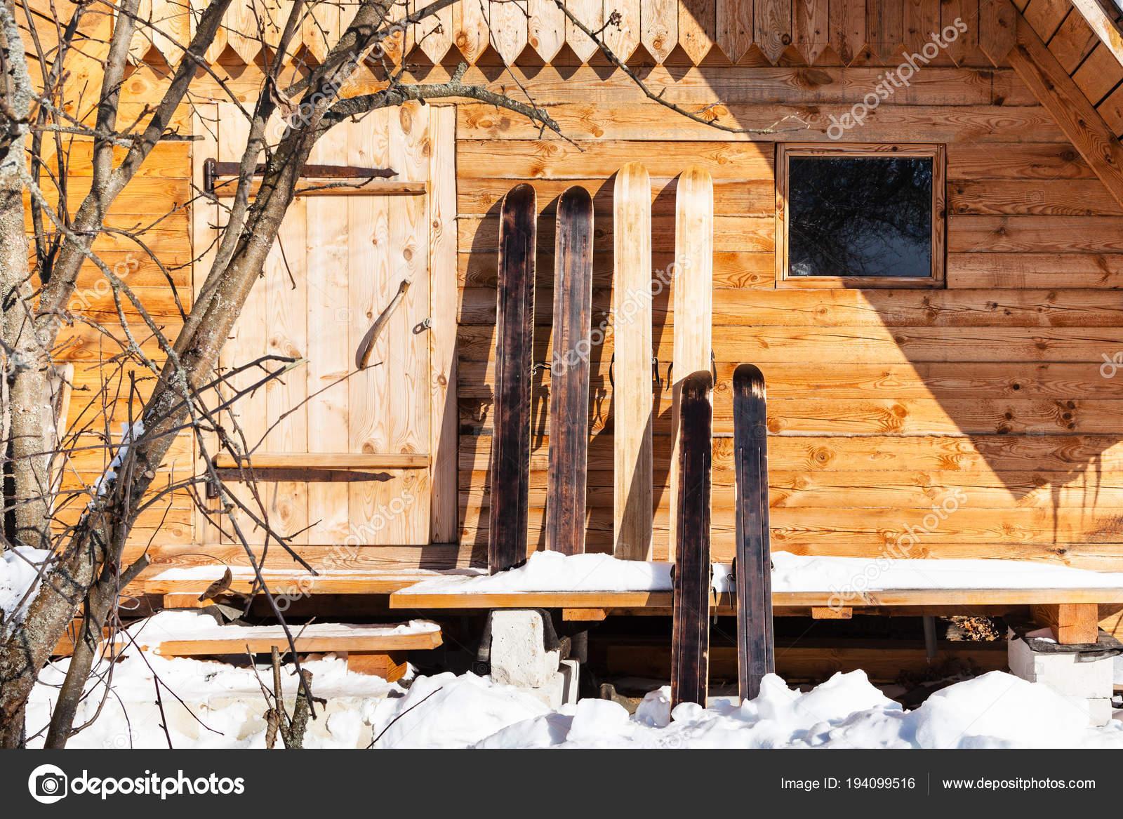 Sci Largo Cacciatore Davanti Al Cottage In Legno Foto Stock