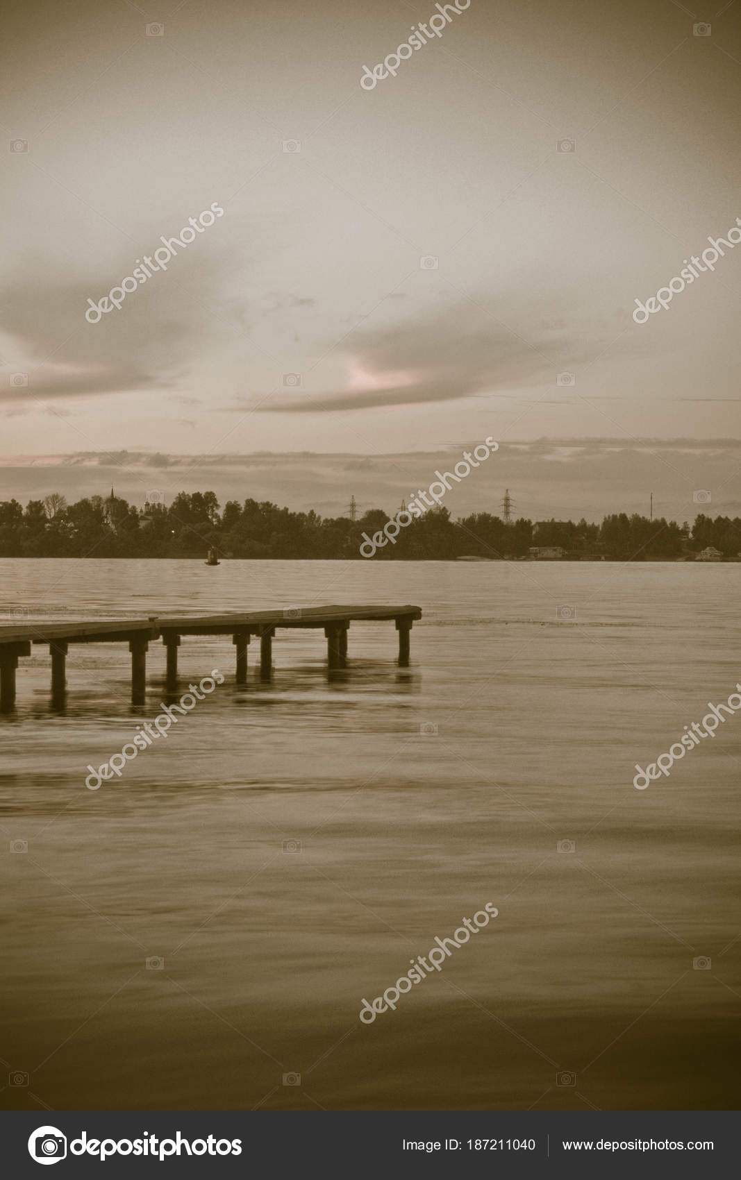 pier auf der see im sommerabend stockfoto biggimot 187211040. Black Bedroom Furniture Sets. Home Design Ideas