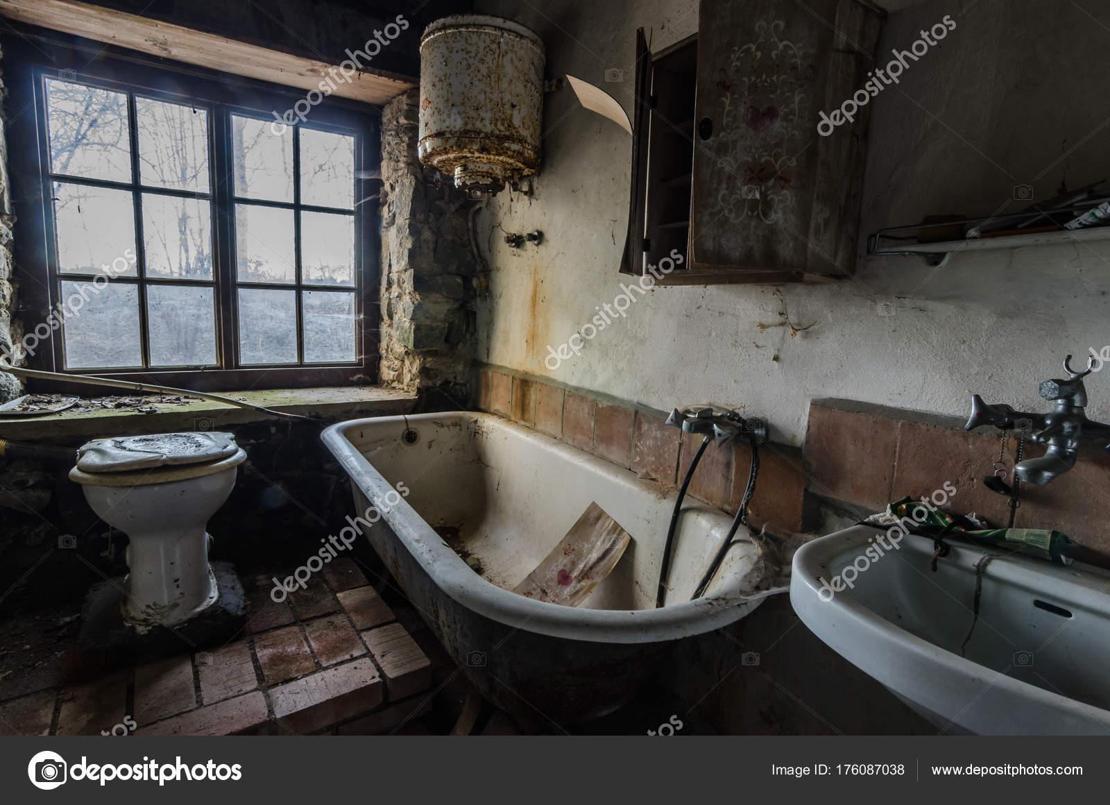 Vasca Da Casa : Vasca da bagno in casa sul lago u foto stock thomaseder